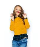 Gelukkig jong vrouw of tienermeisje in vrijetijdskleding Royalty-vrije Stock Fotografie