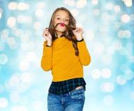 Gelukkig jong vrouw of tienermeisje in vrijetijdskleding Royalty-vrije Stock Afbeelding