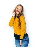 Gelukkig jong vrouw of tienermeisje in vrijetijdskleding Royalty-vrije Stock Foto