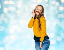 Gelukkig jong vrouw of tienermeisje in vrijetijdskleding Stock Afbeelding