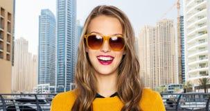 Gelukkig jong vrouw of tienermeisje in vrijetijdskleding Stock Fotografie