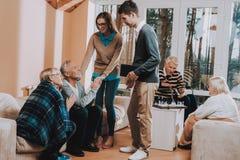 gelukkig Jonge mensen bezoek Oudere man en vrouw royalty-vrije stock foto