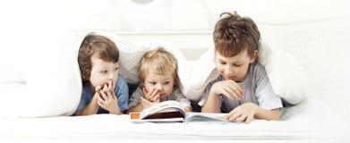 Gelukkig jongen gelezen boek stock afbeelding