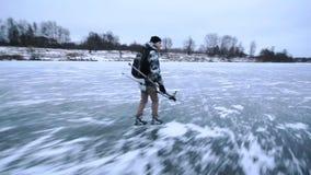 Gelukkig kerelijs die op een Bevroren Meer, met een rugzak, gezondheidslevensstijl, montering schaatsen stock footage