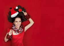 Gelukkig Kerstmismeisje die een Lolly op Rode Achtergrond houden Stock Foto