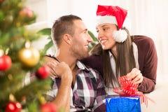 Gelukkig Kerstmispaar Stock Foto