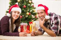 Gelukkig Kerstmispaar Stock Afbeeldingen
