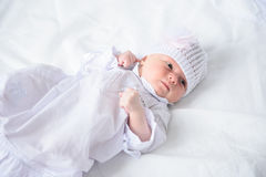 Gelukkig-kijkend baby het stellen voor camera stock afbeelding
