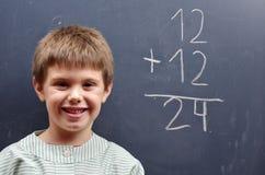 Gelukkig kind aan boord na de test Stock Fotografie
