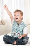 Gelukkig kind dat een videospelletje speelt Royalty-vrije Stock Foto