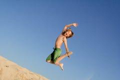 Gelukkig kind dat op vakantie springt stock foto