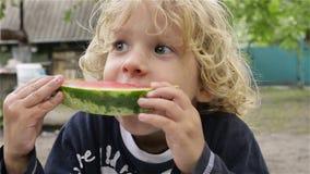 Gelukkig kind dat watermeloen eet stock footage