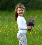 Gelukkig kind in de lentebloemen Royalty-vrije Stock Foto