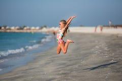 Gelukkig kind die in de zomervakantie springen op exotisch tropisch strand royalty-vrije stock fotografie