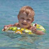 Gelukkig kind die in het overzees zwemmen Royalty-vrije Stock Foto's