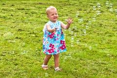 Gelukkig kind die zeepbels achtervolgen royalty-vrije stock fotografie