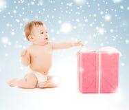 Gelukkig kind met giftdoos Stock Foto's