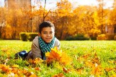 Gelukkig kind met het boeket van esdoornbladeren Royalty-vrije Stock Foto's