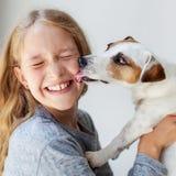 Gelukkig kind met hond stock foto's