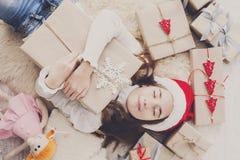 Gelukkig kind met Kerstmis huidige dozen en giften, hoogste mening Stock Foto