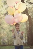 Gelukkig kind met kleurrijke ballons in viering Royalty-vrije Stock Afbeelding