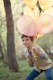 Gelukkig kind met kleurrijke ballons in viering Royalty-vrije Stock Afbeeldingen
