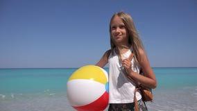 Gelukkig Kind op Strand, Glimlachend Meisje op Kust Overzeese Golven op Kustlijn 4K stock video