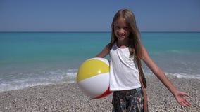 Gelukkig Kind op Strand, Lachend Meisje op Kust Overzeese Golven op Kustlijn 4K stock video