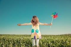 Gelukkig kind in openlucht op de lentegebied stock afbeelding