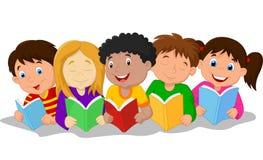 Gelukkig kinderenbeeldverhaal die op de vloer liggen terwijl het lezen van boeken vector illustratie