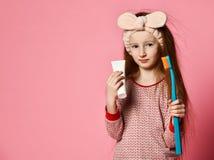 Gelukkig kindmeisje met de tanden en de glimlachen van tandenborstelborstels stock afbeeldingen