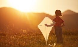 Gelukkig kindmeisje met een vlieger op weide in de zomer Royalty-vrije Stock Foto's