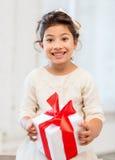 Gelukkig kindmeisje met giftdoos Royalty-vrije Stock Foto's