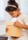 Gelukkig kindmeisje met giftdoos Stock Fotografie