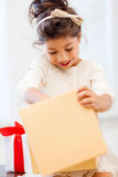 Gelukkig kindmeisje met giftdoos Stock Foto's