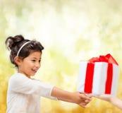Gelukkig kindmeisje met giftdoos Stock Afbeelding