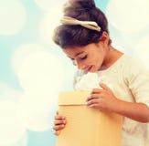 Gelukkig kindmeisje met giftdoos Royalty-vrije Stock Fotografie
