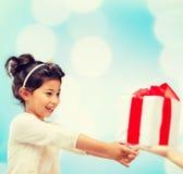 Gelukkig kindmeisje met giftdoos Royalty-vrije Stock Foto