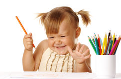 Gelukkig kindspel met kleurenpotloden en glimlach Stock Foto's