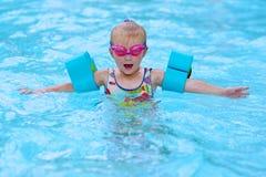 Gelukkig klein meisje die in de pool zwemmen royalty-vrije stock afbeelding