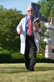 Gelukkig Knap Person With Notebooks Walking stock afbeeldingen