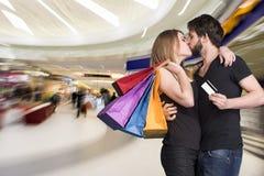 Gelukkig kussend paar met het winkelen zakken in de wandelgalerij Royalty-vrije Stock Afbeeldingen