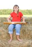 Gelukkig landbouwbedrijfmeisje dat de mandoline speelt. royalty-vrije stock afbeeldingen