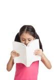 Gelukkig las weinig Aziatisch meisje een boek Stock Afbeeldingen