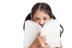 Gelukkig las weinig Aziatisch meisje een boek Royalty-vrije Stock Foto
