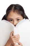 Gelukkig las weinig Aziatisch meisje een boek Royalty-vrije Stock Afbeelding