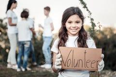 Gelukkig leuk meisje die een vrijwilliger zijn stock fotografie