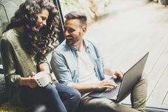 Gelukkig leuk paar in liefde met laptop het drinken koffie stock fotografie