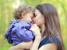 Gelukkig liefdemoeder en kindmeisje Stock Foto's