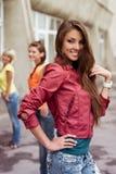 Gelukkig longhaired meisje met vrienden Stock Foto's